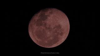 皆既月食で幻想的な赤銅色の月を撮影しよう!ベストな時間帯と方法を解説