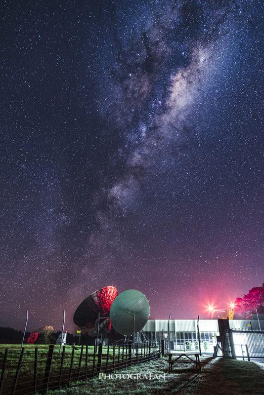 天の川と衛星施設