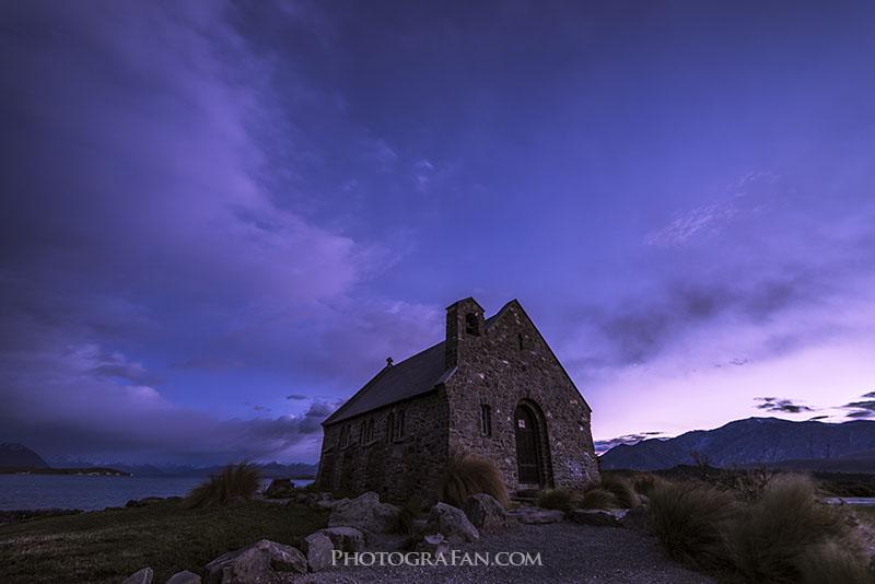 夜明け前のブルーアワー時のテカポの羊飼いの教会
