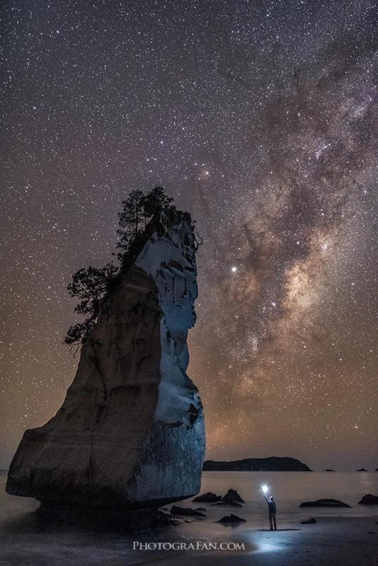 満天の星空のカセドラルコーブでセルフィー