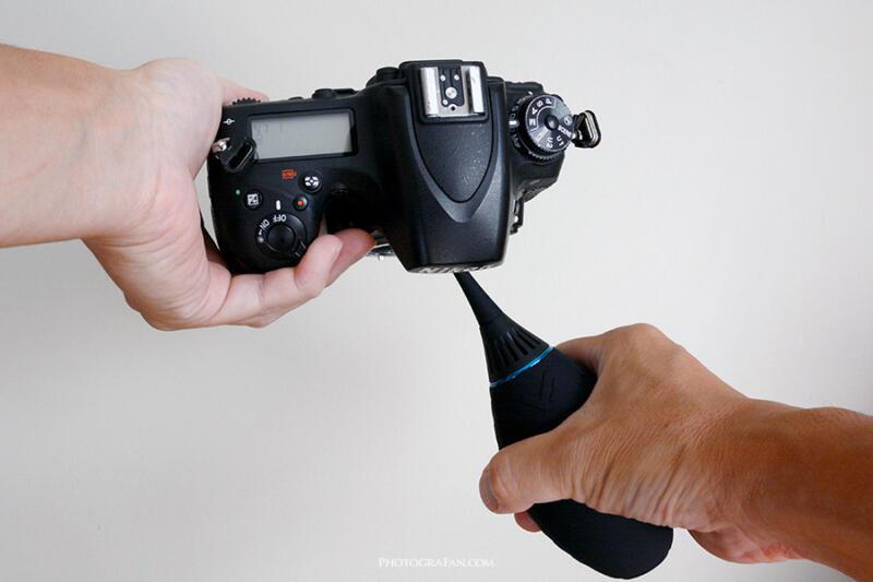 ブロアーでカメラ内部のゴミを吹き飛ばすみる